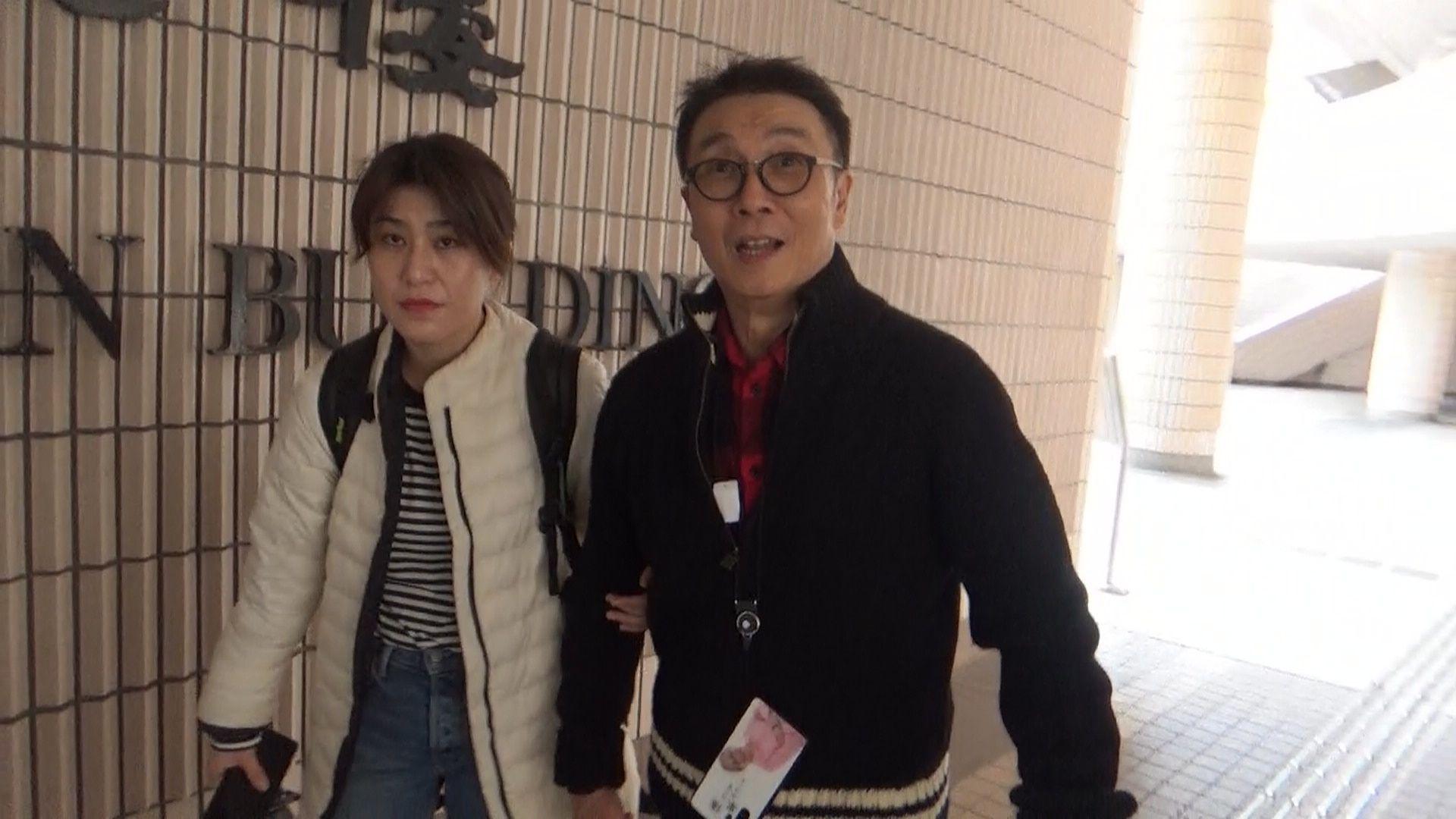 1月12日,略有疲態的松哥由女看護扶住抵達場館。