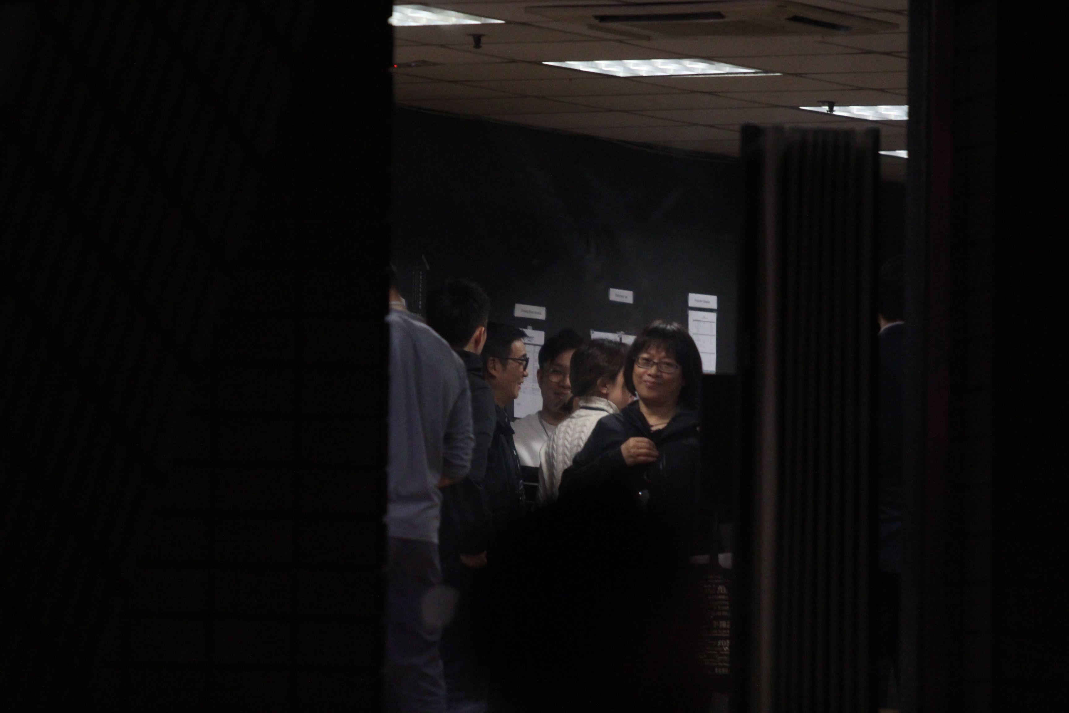 1月8日,散場後松哥喺後台不停同嘉賓「吹水」。