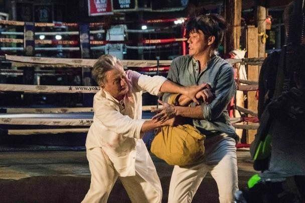 喺泰國拍外景時跟殺父仇人吳岱融埋身搏鬥。