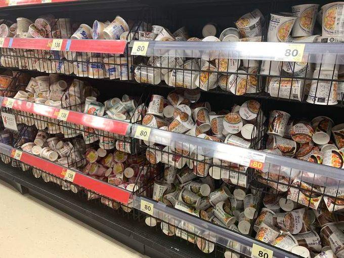 连锁超市西友架上的泡麵及零食,好像被乱丢一样。网图