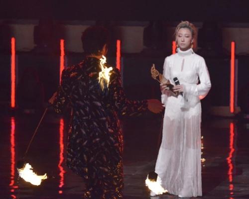 【勁歌】唱得獎歌舞蹈員舞衣著火 泳兒感覺面上灼熱