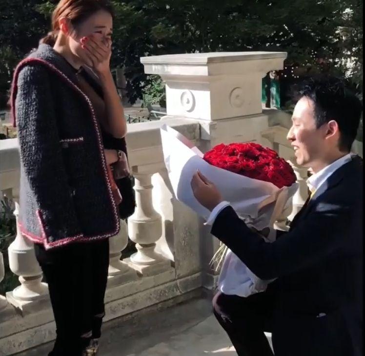 18年尾,倪晨曦在IG公告男友「V先生」求婚成功。