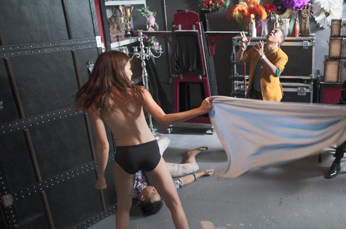 其中一幕打鬥戲,周秀娜更僅穿底褲大騷玉背,非常養眼!
