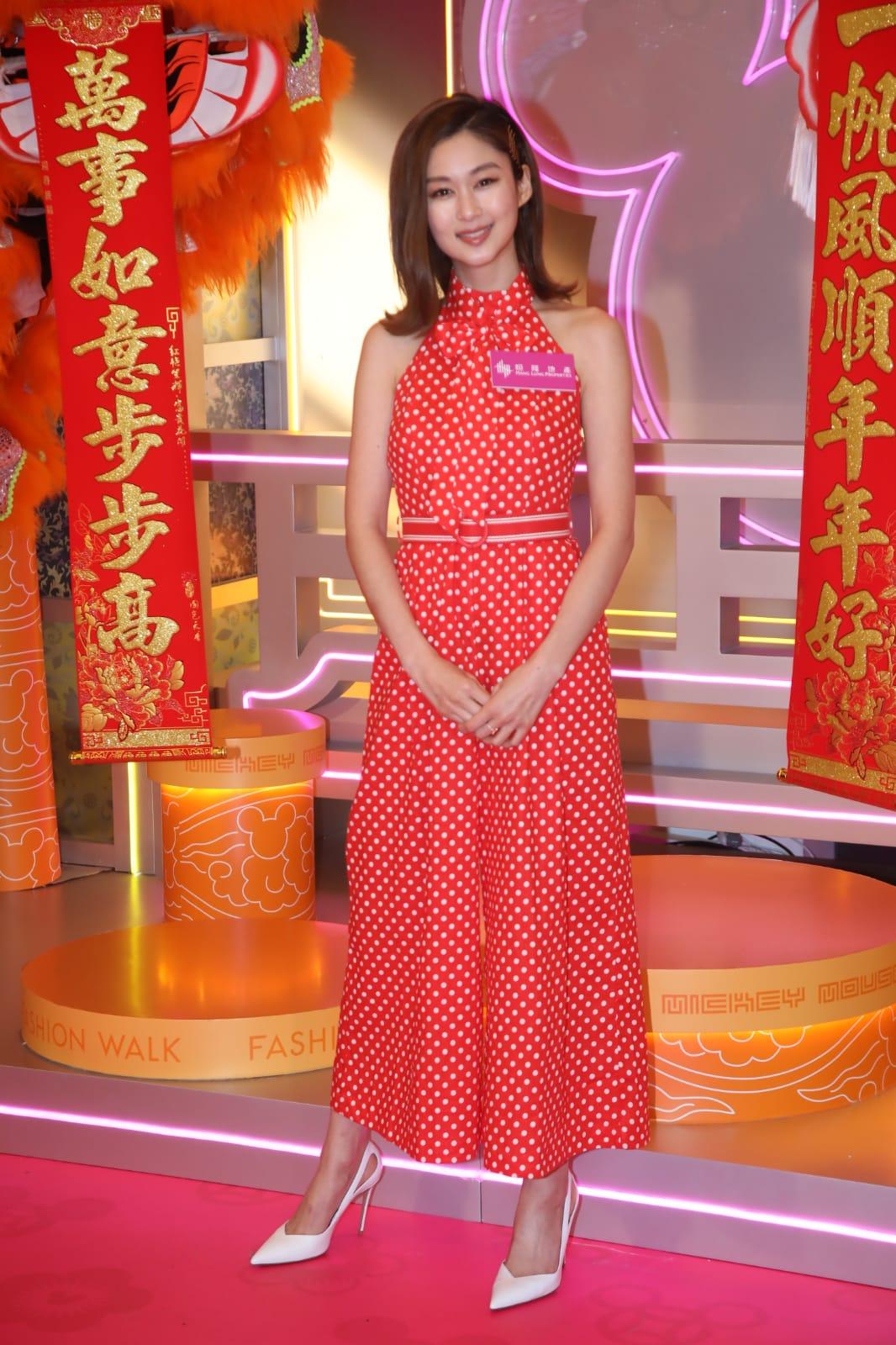 岑麗香:膊頭好靚,係揀啱裙嘅,但保守咗啲,既然新年可以玩多啲,不如換對紅色尖頭高踭鞋、戴番對耳環啦。