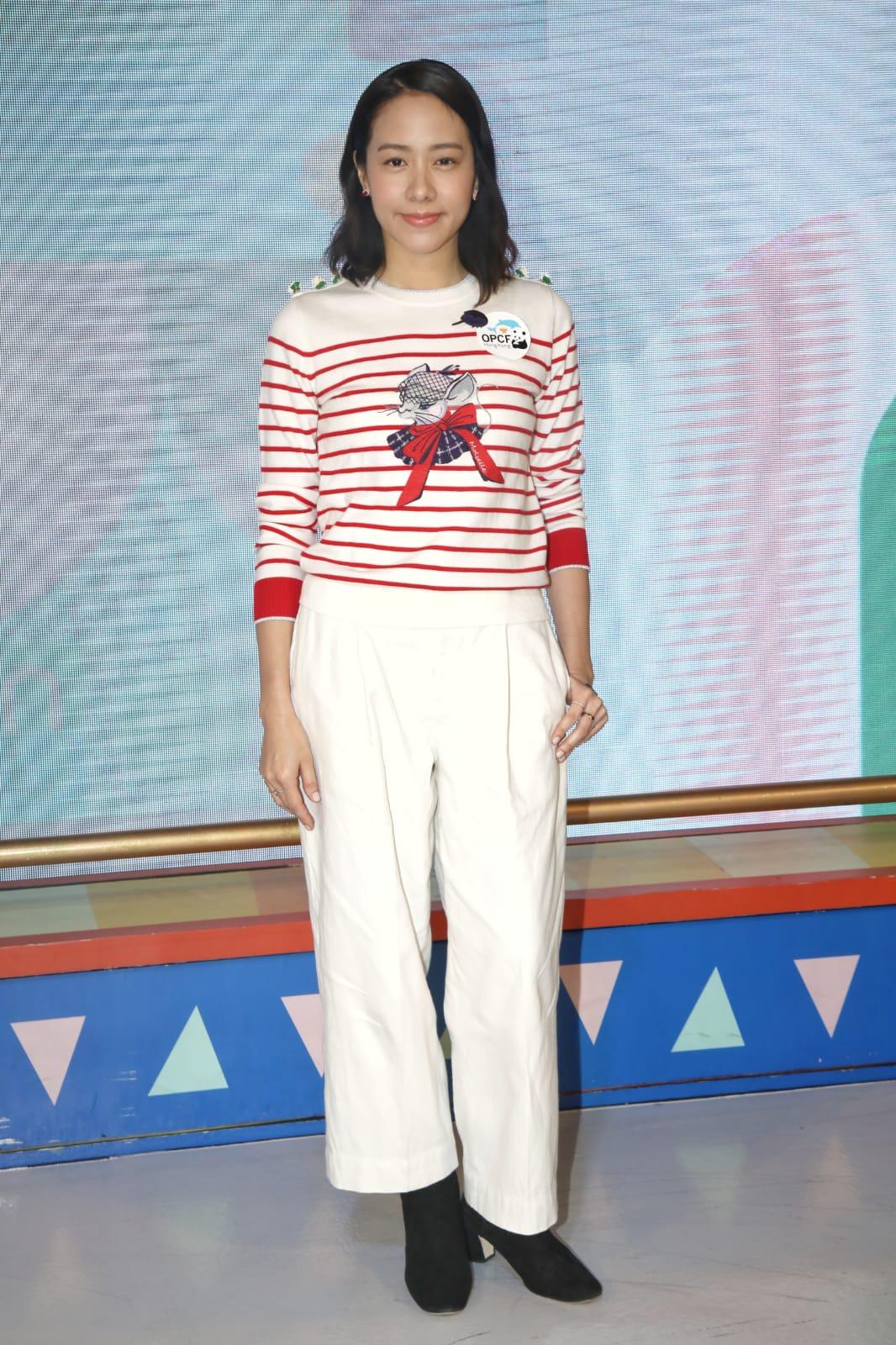 林嘉欣:妝髮都OK,上身都冇問題,但條褲唔長唔短咁,再襯對黑鞋就出事嘞,如果換一條白色長裙,襯白鞋或波鞋會好啲。