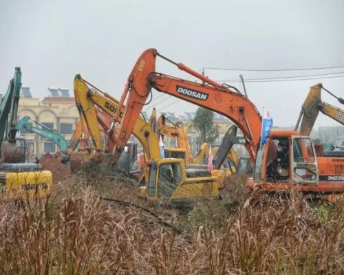 【武漢肺炎】武漢急建醫院上百台機械同時開挖 目標6天內建成