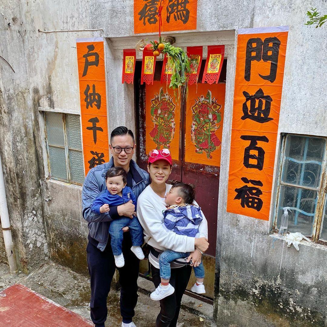 胡杏兒一家返圍村食團年飯。