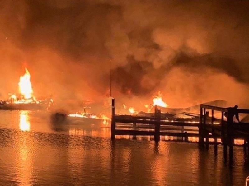 美国游艇码头大火 至少8死