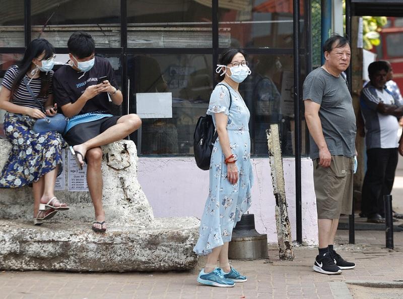 中国公民在斯里兰卡戴上口罩。