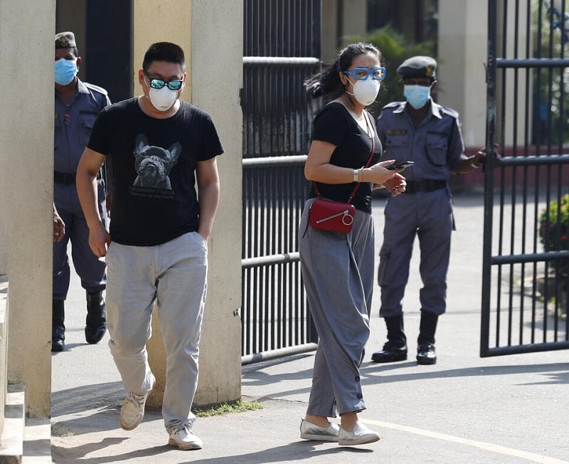 2名中国公民离开当地可伦波传染疾病中心。