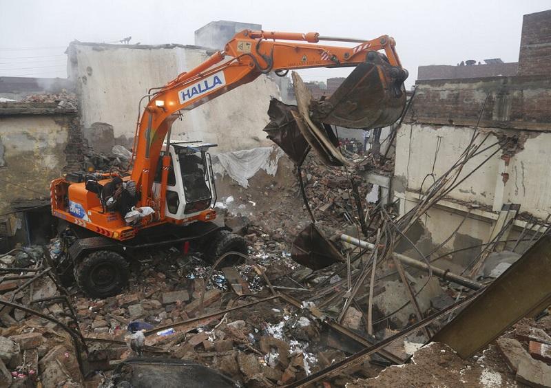 爆炸点附近房屋受损严重。