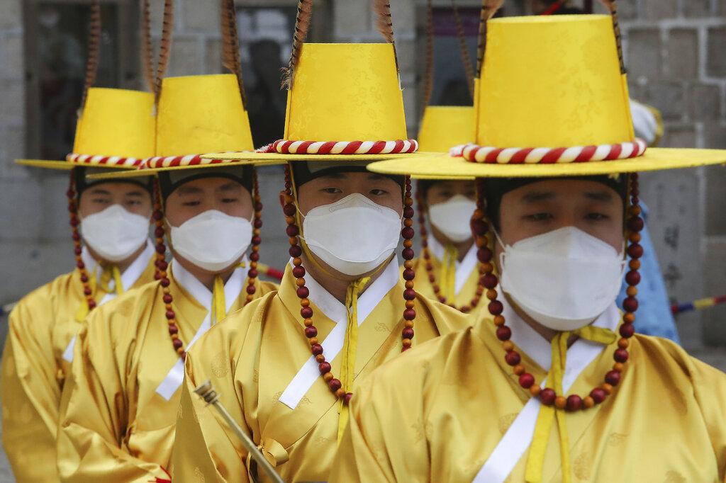 韩国民衆带口罩防疫。
