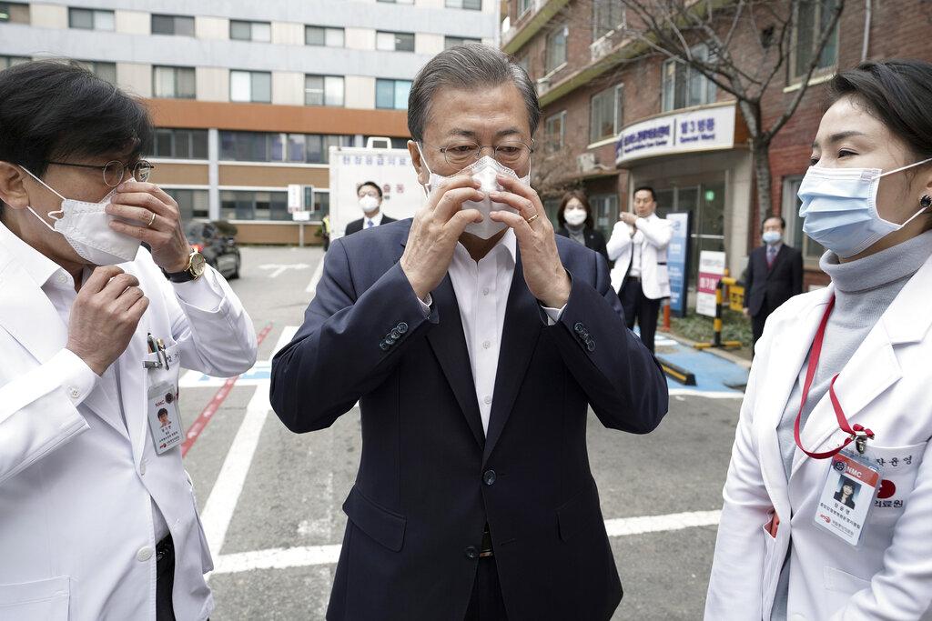 韩国总统文在寅带口罩防疫。
