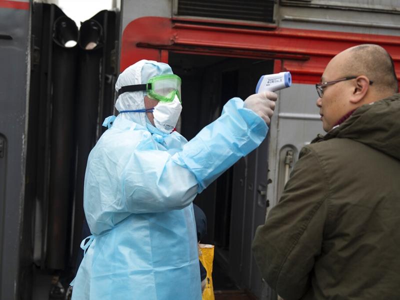医务人员在莫斯科雅罗斯拉夫斯基火车站为中国乘客量温度。图