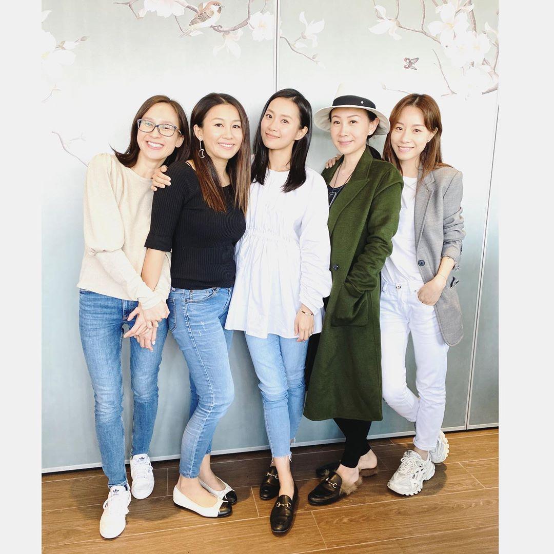 5塊碎餅(右起)鄧麗欣、區文詩、楊愛瑾、陳素瑩和蒲茜兒於上月中罕有「合體」敘舊。