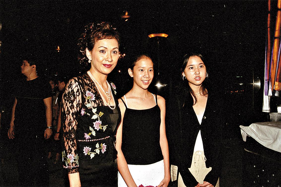 安安姐諗起當年生長女李文琪(中)和次女李文騫時,都有不少驚險事。