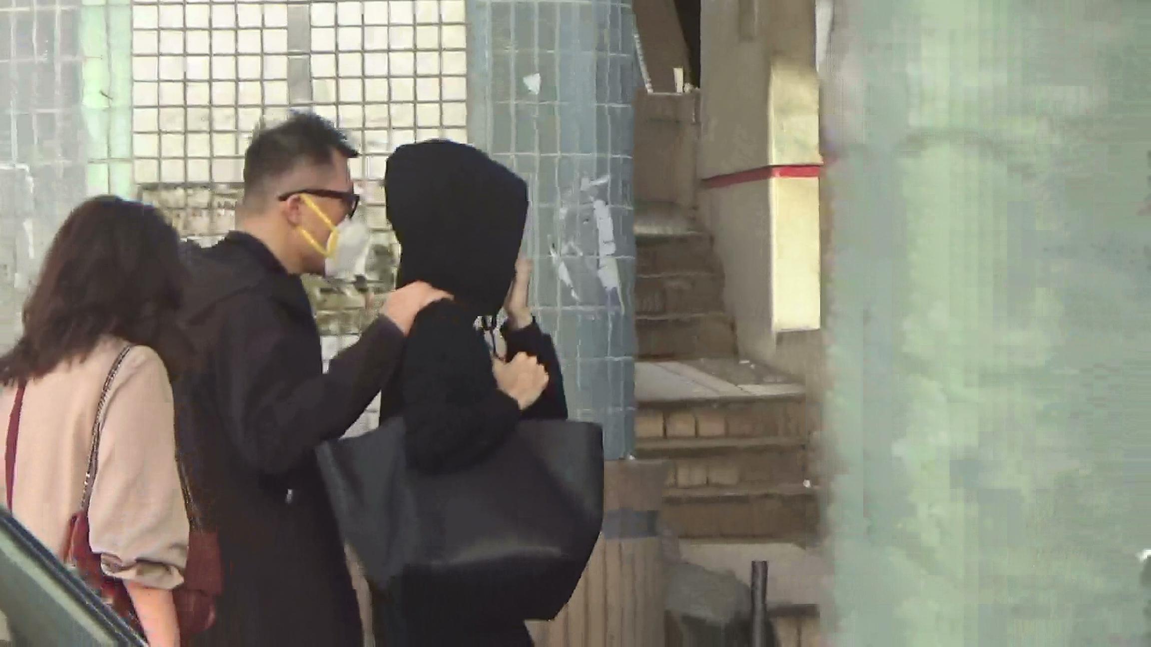 獲專人照顧 練海棠(左)全程傍實太太伍詠薇,悉心照料。
