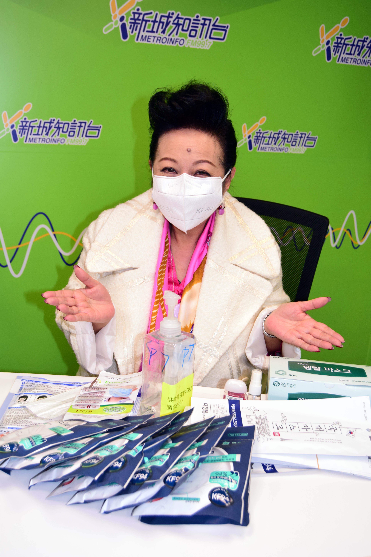 重裝防疫 家燕姐展示大量口罩、消毒用品,防疫裝備十足,男友都唔使擔心。