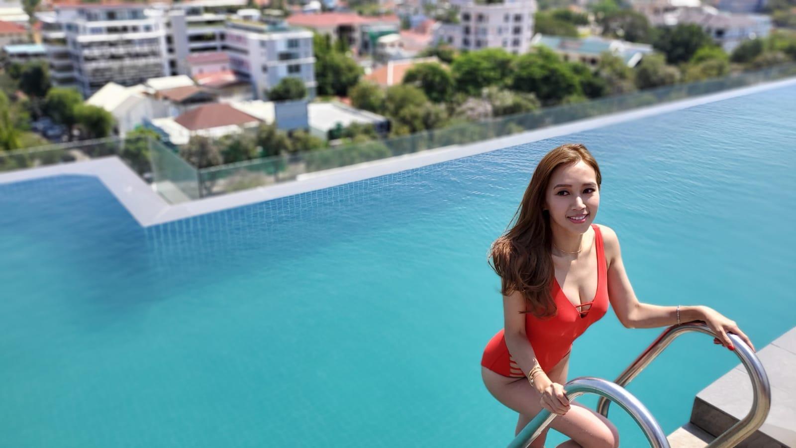 大派福利 本周二(18日)外景時,Kelly率先派福利畀《頭條》讀者,身穿火紅色噴血泳衣的Kelly置身柬埔寨一個Infinity pool大晒C cup身材。