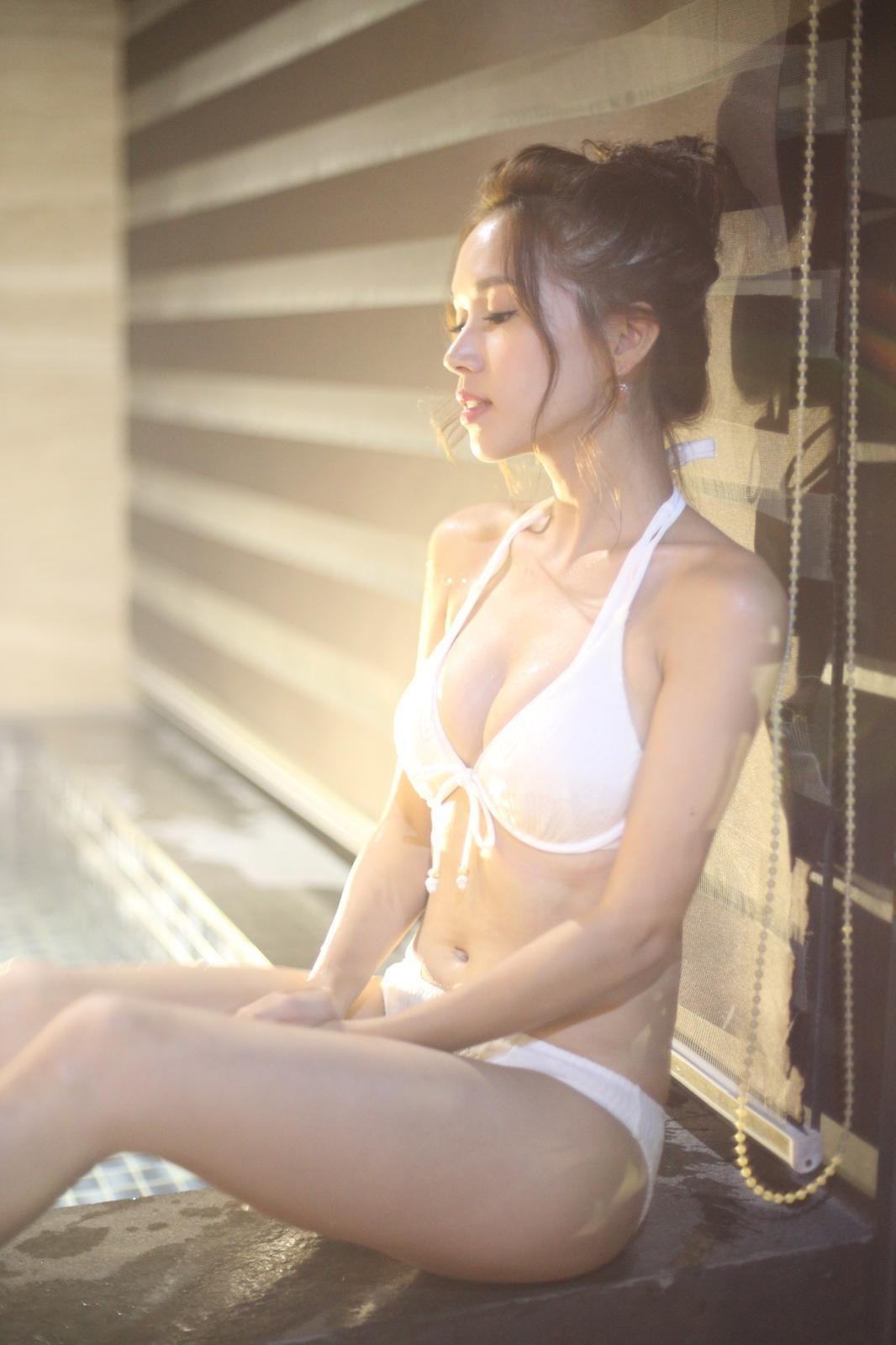 性感女神 《識玩2》中着上純白色三點式,睇到一眾宅男心心眼。