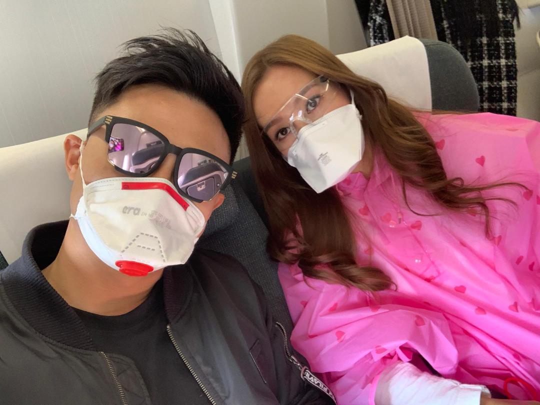 做足防疫 飛機上傅嘉莉、楊潮凱做足防護,戴上重型口罩,又喺座位附近噴消毒酒精。