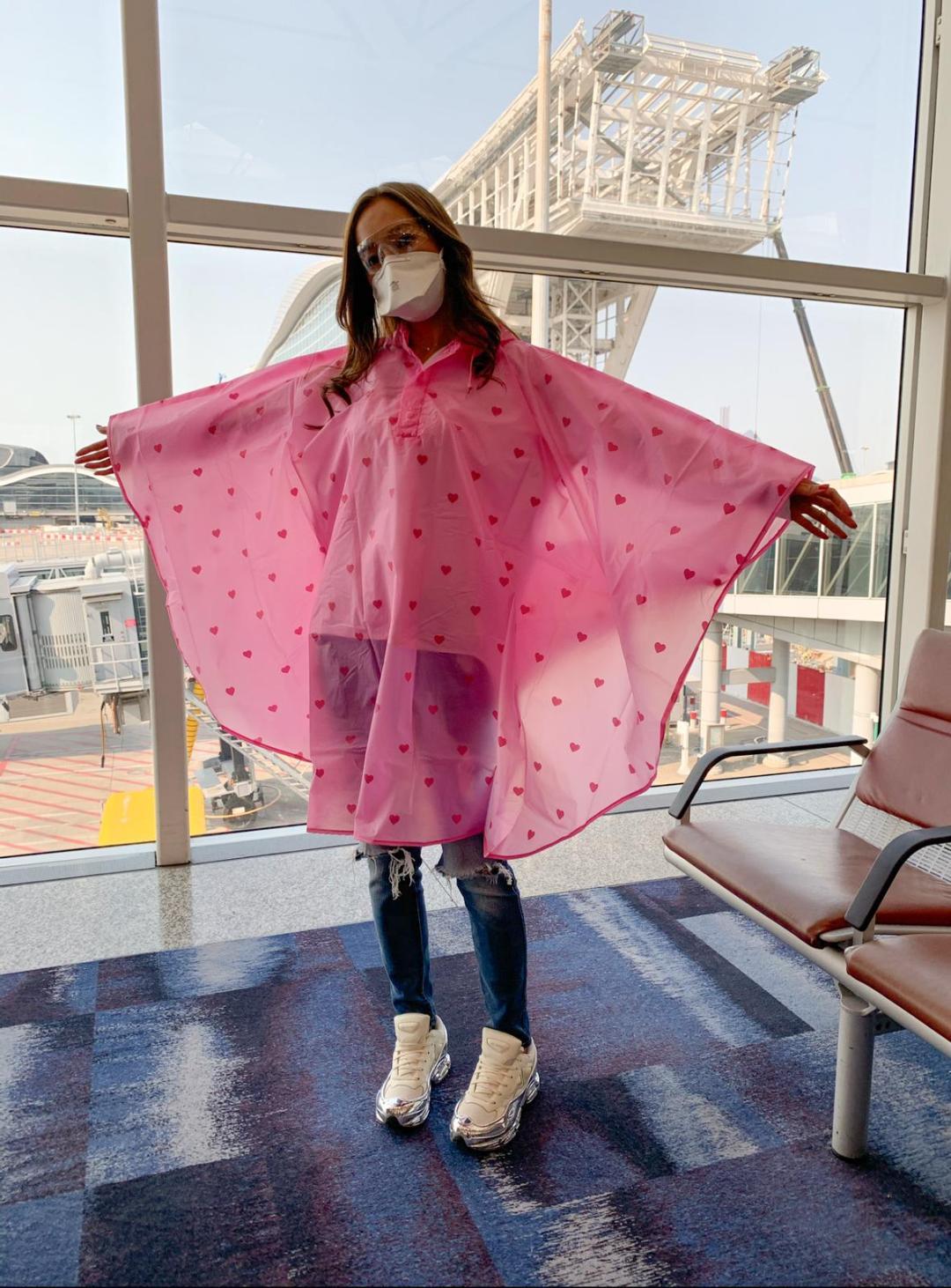 雨衣防疫 Kelly着埋fans送嘅粉紅色雨衣上機防護。