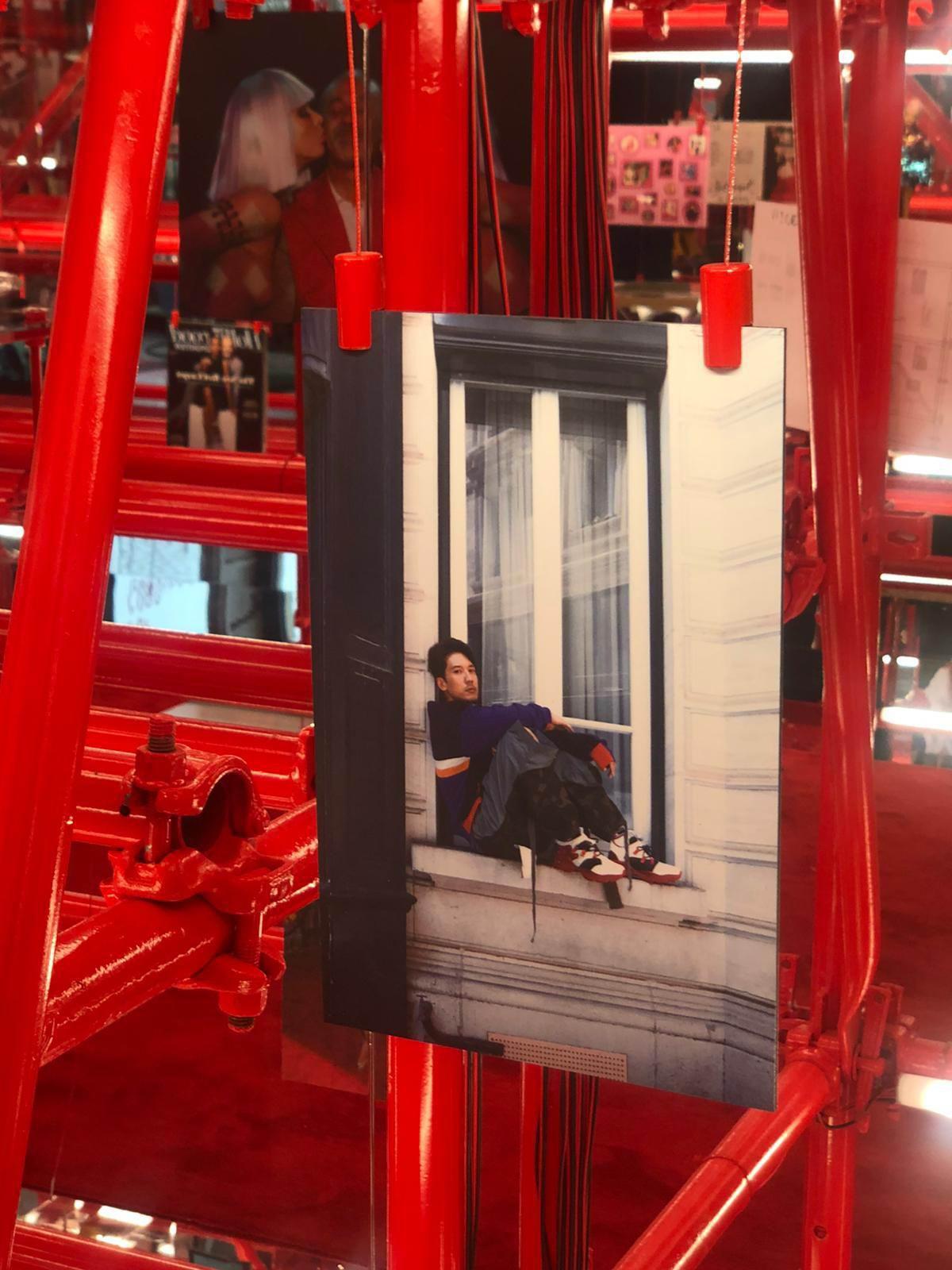 今次展覽張相係Kenny上次喺巴黎時裝周時,喺街頭影嘅相。