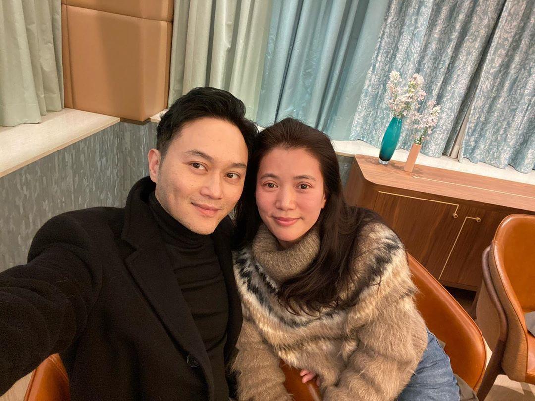 上月8日,靚靚仍於社交網晒慶祝結婚19周年的甜蜜照。