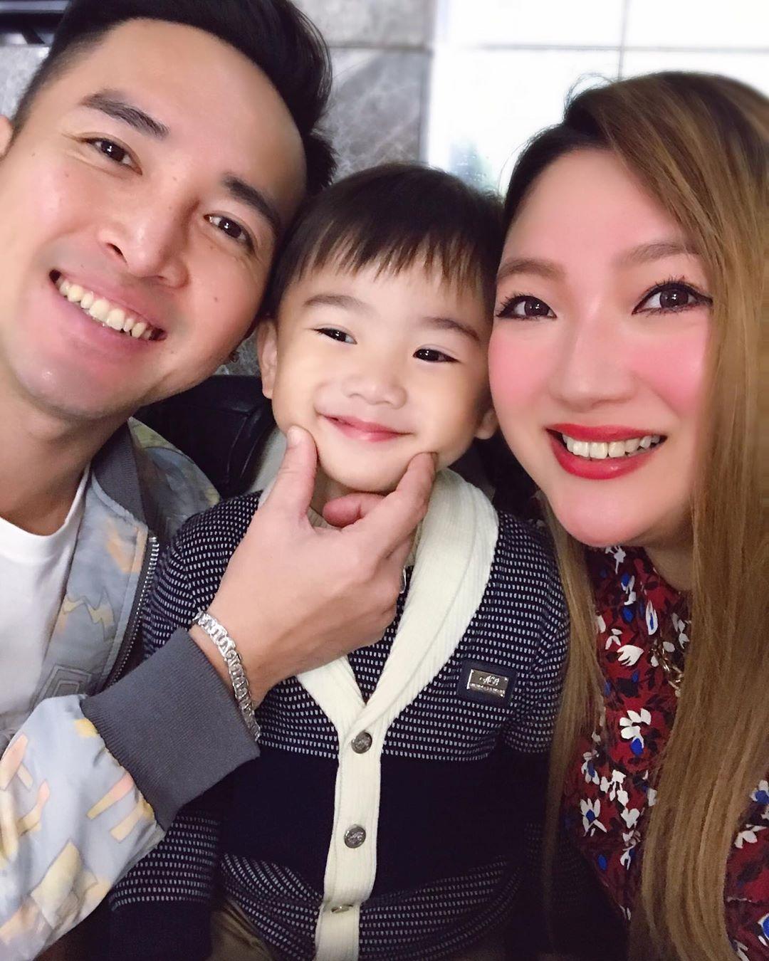 陳國峰與太太黃思雅於2016年結婚,翌年誕下大仔Regan(中)。
