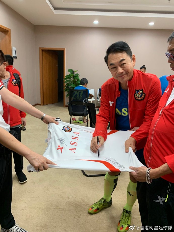 戴志偉是明星足球隊老將。