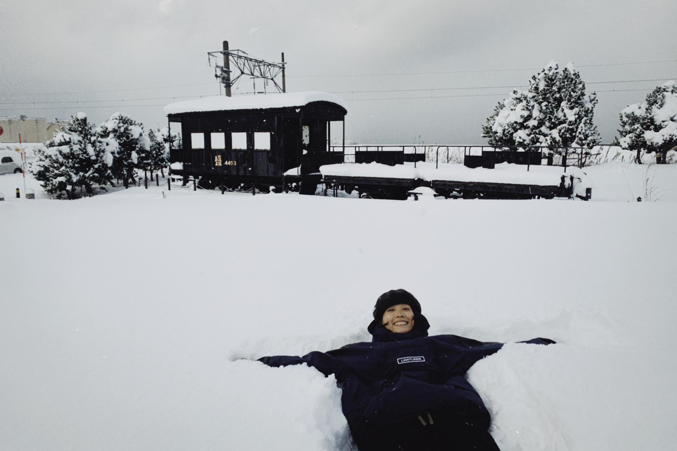 住在奧入瀨溪流附近民宿的阿談,難得見到咁大雪都變成大細路瞓喺雪度玩。