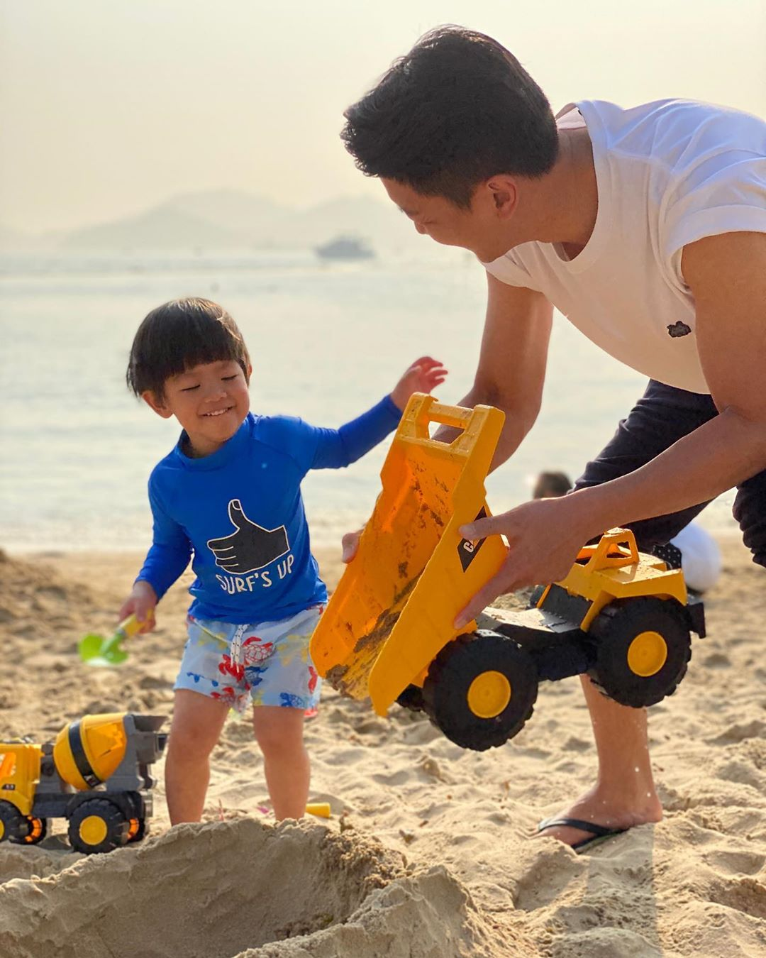 黎諾懿早前發現一個人跡罕至的沙灘,得閒便帶小春雞去放風。