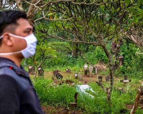 家屬堅持開棺為死者沐浴 印尼疑「屍傳人」15人染新冠