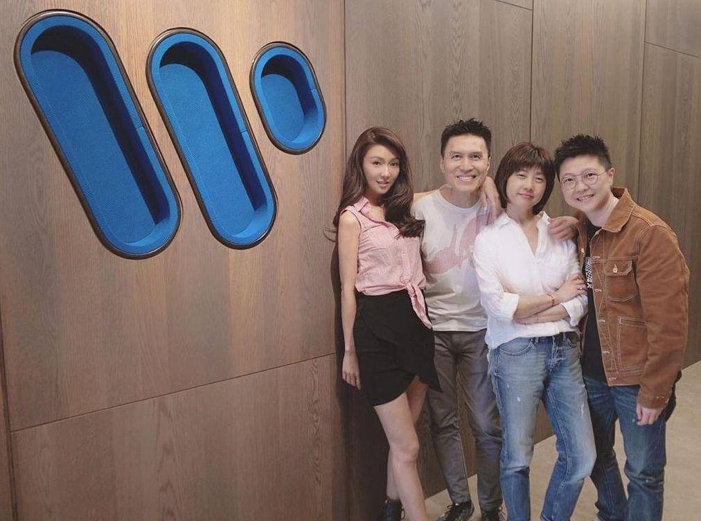 今年一月時薛凱琪經已重返娘家華納唱片公司和公司要員合照。