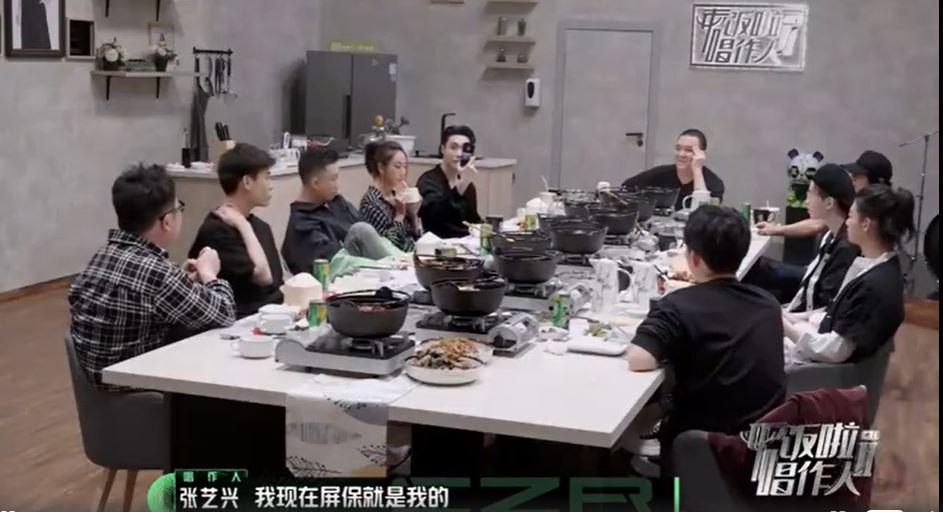 Lay給大家看他的手機牆紙都是EXO合照。