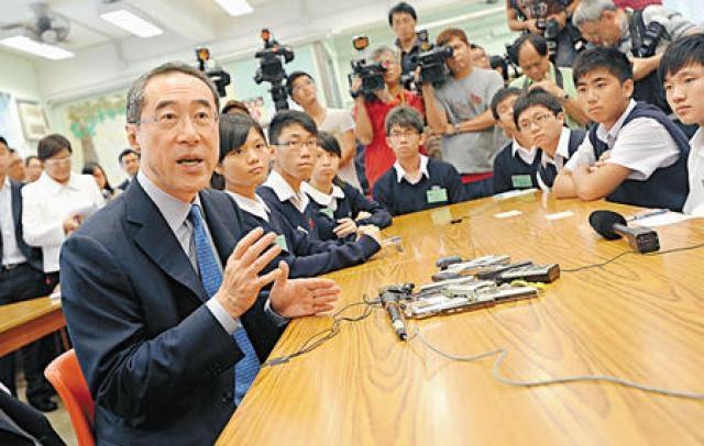 唐英年昨天訪問東華三院黃笏南中學,與學生交流。