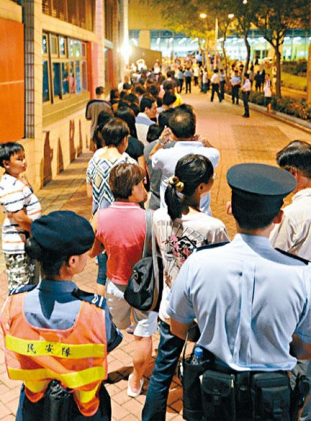 將軍澳投票站入夜後仍有大批選民排隊投票。