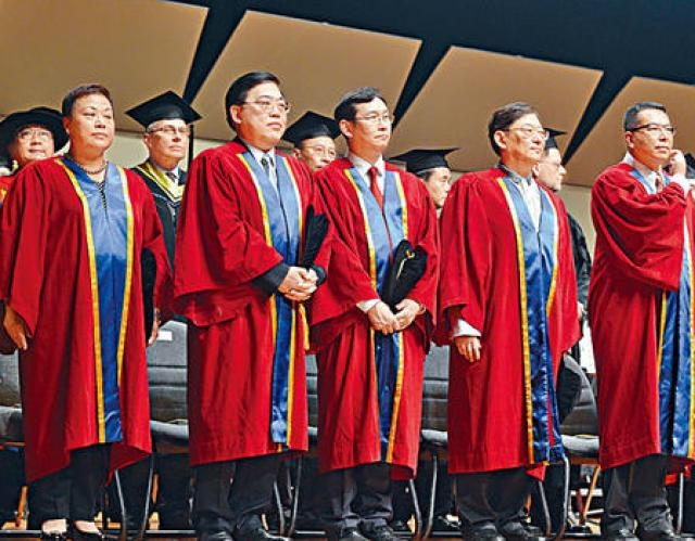 浸大昨向五位傑出人士頒授榮譽大學院士,左起陳維湘、趙應春、李如樑、吳思遠和施榮怡,以表揚他們對社會的貢獻。