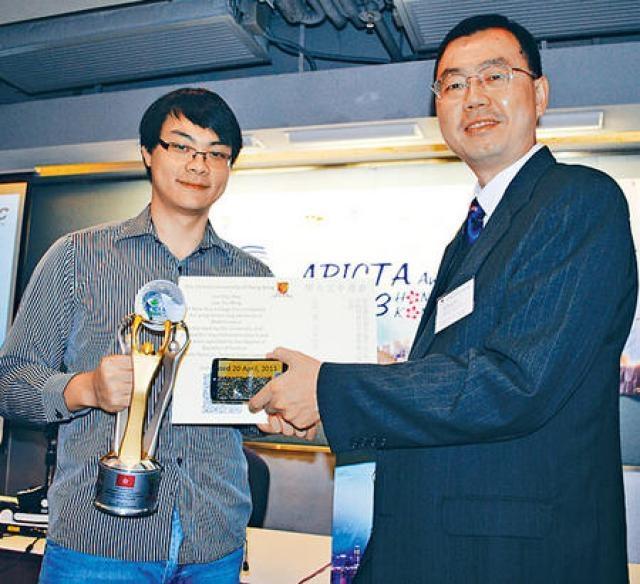 中大信息工程系哲學碩士畢業生李澤民(左),贏得「研究與發展」組別大獎,右為副教授劉永昌。