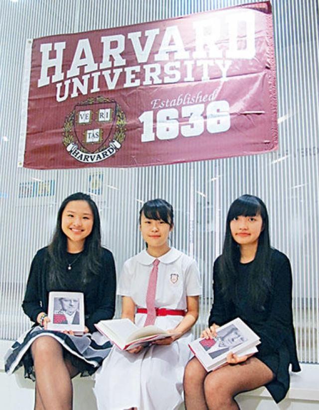 「卓越表達」獎得主何樂怡(左起)、林灝兒和鄭凱欣稱,參加是次比賽,深入認識香港社會真實面。