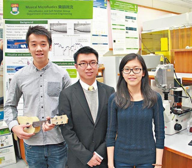 港大助理教授岑浩璋(中)與學生研究微流體聲音檢測,探索聽不到的聲音世界,研究成果獲選刊登於國際科學期刊。