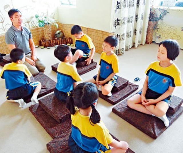靜觀情緒專注課程,讓學童進行呼吸練習、靜坐、伸展運動等,提升專注力。