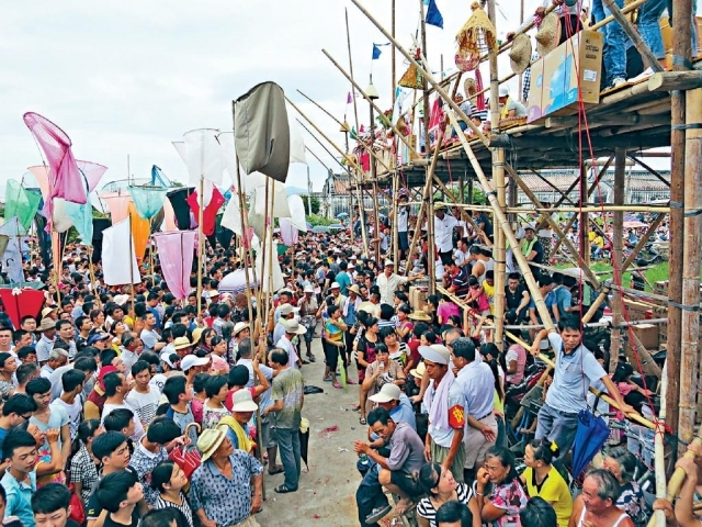 ■胡炎松積極參與盂蘭勝會,引入傳統濟貧活動「搶孤」到香港。