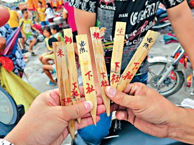■胡炎松遠赴汕頭尋訪老師傅,利用竹繩織製「孤承」。