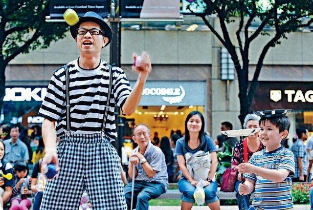 ■香港有趣小丑劇團團長蘇春就十年前已開始在街頭表演。