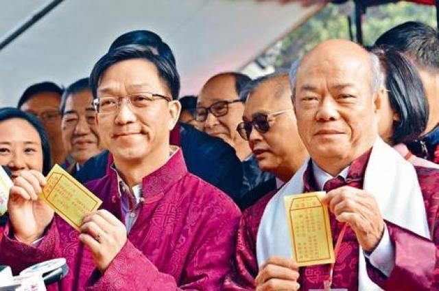 新界鄉議局主席劉業強(左一)於大年初二車公誕,到車公廟為港上香求籤。