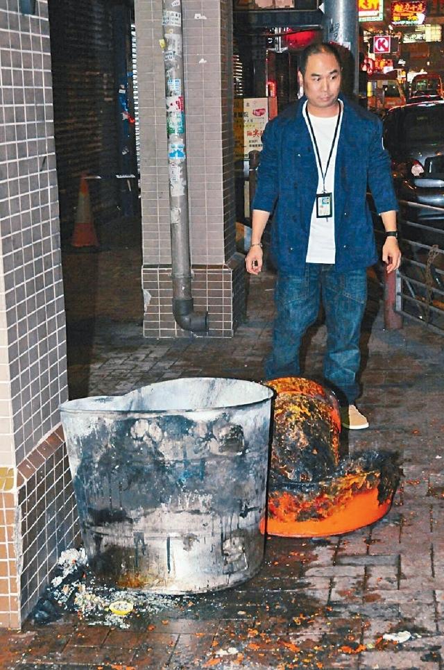 途人发现垃圾桶起火