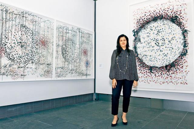 Amna Naqvi解釋,莎茲亞作品《反覆》(三聯畫)探討刻版的重複,靈感源自她學習纖畫時的嚴謹訓練。