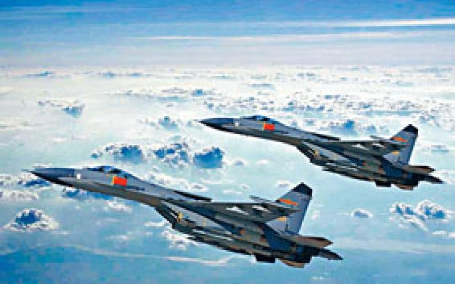两架中国歼11战机在南海近距离拦截美国ep-3侦察机.