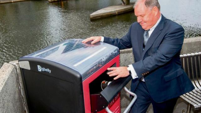 试用最近安装的一部利用太阳能将垃圾压缩的垃圾桶